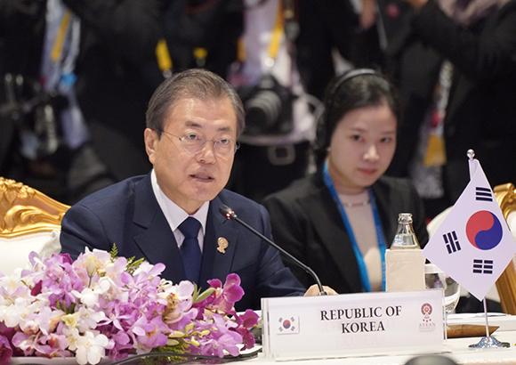 문재인 대통령이 4일 오전 방콕 임팩트 포럼에서 열린 아세안+3 정상회의에서 모두발언을 하고 있다. (사진=저작권자(c) 연합뉴스, 무단 전재-재배포 금지)