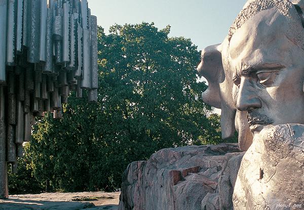 시벨리우스의 두상과 시벨리우스 기념 조형물.