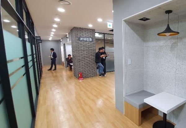 독립된 공간이나 높은 집중력을 필요로 하는 업무를 진행할 때 사용할 수 있는 공간도 충분하다.