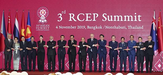 문재인 대통령이 4일 방콕 임팩트 포럼에서 열린 역내포괄적경제동반자협정(RCEP) 정상회의에서 아베 일본 총리 등과 기념촬영을 하고 있다. (사진=청와대)