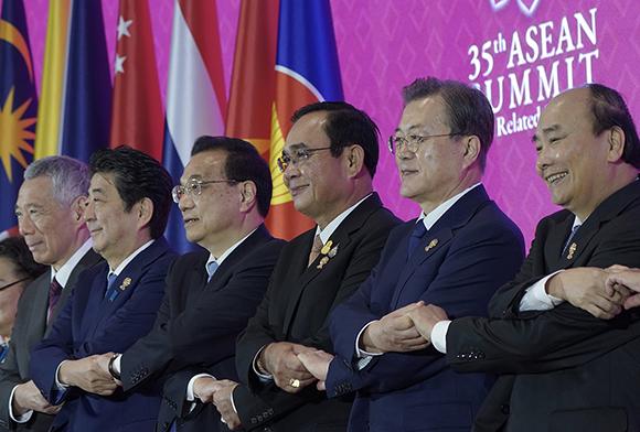 문재인 대통령이 4일(현지시간) 오전 태국 방콕 임팩트 포럼에서 제22차 아세안+3 정상회의 참석자들과 기념촬영을 하고 있다. (사진=청와대)
