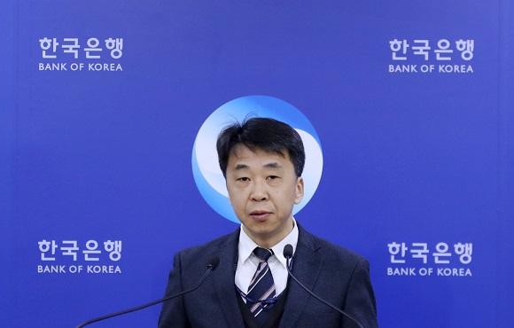 한국은행 신승철 국민계정 부장이 지난 3월 5일 오전 서울 중구 한국은행 기자실에서 2018년 4분기 및 연간 국민소득(잠정)을 발표하고 있다. 이날 한국은행에 따르면 지난해 1인당 국민총소득(GNI)은 3만1349달러로 전년(2만9745달러)보다 5.4% 늘었다.(저작권자(c) 연합뉴스, 무단 전재-재배포 금지)