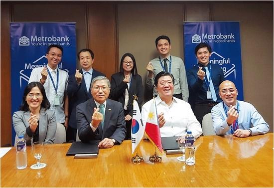 9월 27일 필리핀 최대 은행인 메트로뱅크와 필리핀 대학 한국 유학생들이 메트로뱅크에서 일정 기간 인턴십(OJT 프로그램)을 할 수 있도록 하는 양측간 상호협력 양해각서(MOU)를 체결했다. (사진=주 필리핀 대한민국 대사관)
