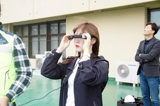 드론 조정에 필요한 안경을 착용해보았다. 이 안경을 통해 드론의 현재위치와 드론의 촬영화면을 생생하게 접할 수 있었다.