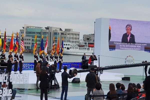 부산시는 '2019 한-아세안 특별정상회의' D-15를 기념해 10일 오후 북항 일대에서 '한+아세안 하나의 바다, 하나의 하늘'이라는 주제로 대규모의 특별 환영행사를 찾은 강경화 외교부 장관이 축사를 하고 있다.