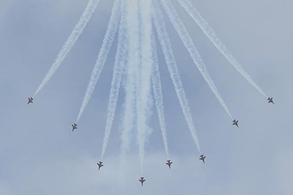 10일 부산 영도구 상공에서 공군 특수비행팀 블랙이글스가 화려한 에어쇼를 펼치고 있다.