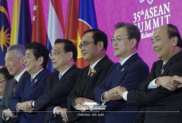 문재인 대통령이 4일 태국 방콕의 임팩트 포럼에서 열린 제22차 아세안+3 정상회의에 참석해 각 국 정상들과 기념촬영을 하고 있다. (왼쪽부터) 리셴룽 싱가포르 총리, 아베 신조 일본 총리, 리커창 중국 총리, 쁘라윳 짠-오차 태국 총리, 문재인 대통령, 응우옌 쑤언 푹 베트남 총리.
