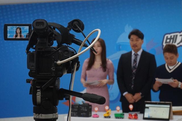 (아이오티플렉스 박문수 대표와 MC들이 상품 소개 장면을 찍는 카메라)