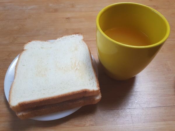 토스트기와 함께 한 아침