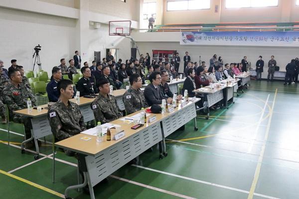 많은 사람들이 요리대회에 함께 참여해 조리병들을 격려했다