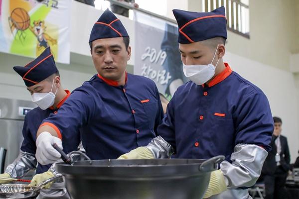 팀장의 지휘아래 조리병들이 일사분란하게 요리를 시작했다