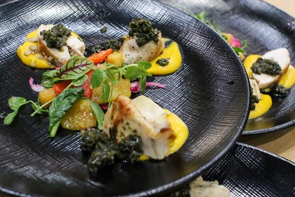닭가슴살에 명이나물을 곁들인 대전상륙작전 팀의 요리