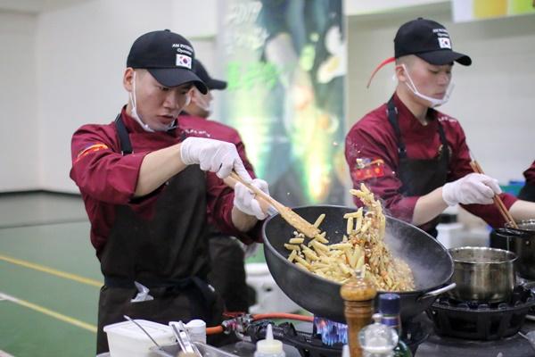 2부가 되자 요리대회의 열기가 더욱 뜨거워졌다