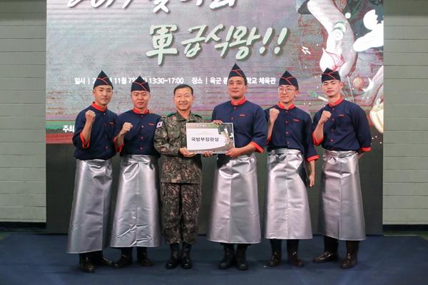 국방부 장관상을 수상한 식구 팀, 유린기와 가지튀김을 선보였다