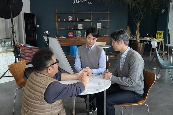 ▲감독이 출연배우들과 이야기하고 있다.