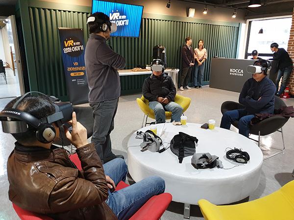 ▲ 라이브러리 존에서 VR영화를 관람하고 있는 모습.