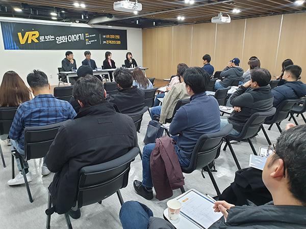 ▲ 관객과의 대화시간,김시연 감독이 관객의 질문에 대답을 하고 있다.