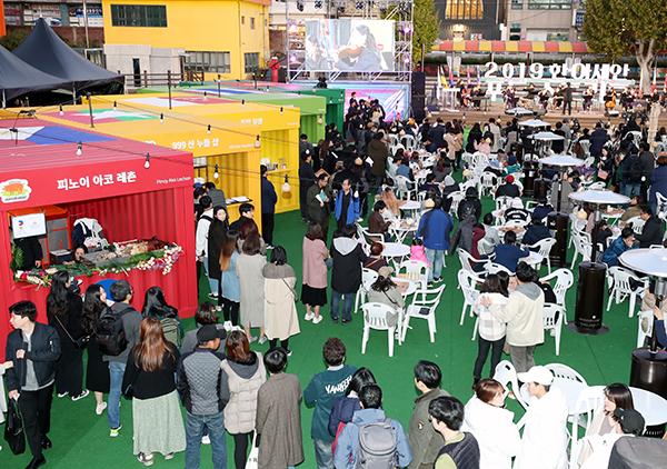 '2019 한·아세안 푸드 스트리트' 행사에서 아세안 10개국 대표 맛집 셰프들이 자국의 대표 요리를 하고 있다.(사진=저작권자(c) 연합뉴스, 무단 전재-재배포 금지)