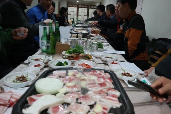 국산 삼겹살로 회식을 하는 직장인들로 식당이 만원인 모습