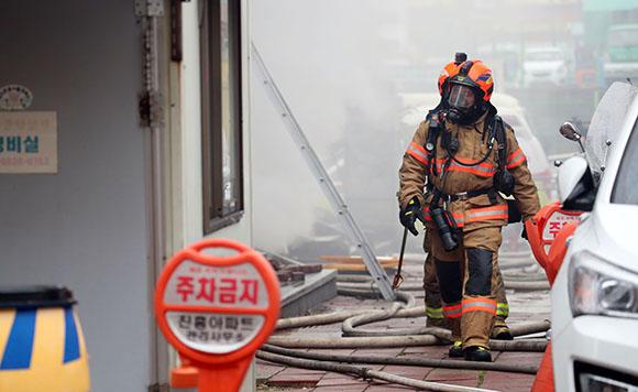 지난 15일 오후 서울 서초구 한 상가에서 발생한 화재를 진압하기 위해 소방관들이 현장으로 이동하고 있다. (사진=저작권자(c) 연합뉴스, 무단 전재-재배포 금지)