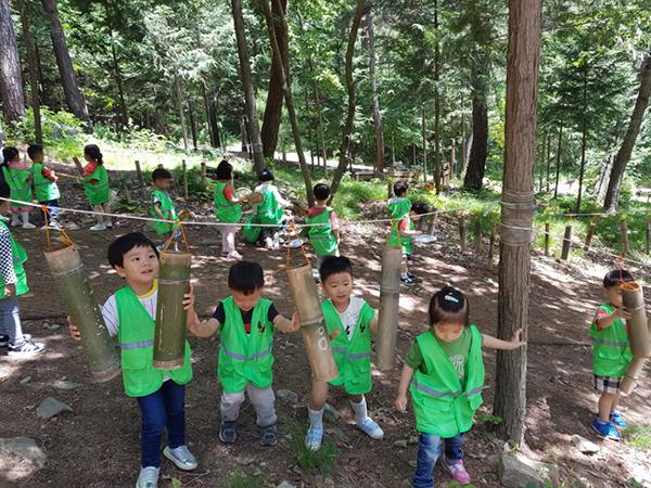 유아숲체험원에서 체험 학습 중인 어린이들.