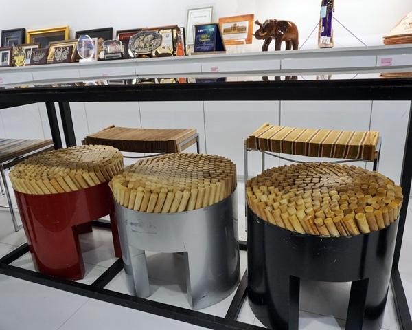 6년 전, 처음 가보았을 때, 마음에 들었던 의자. 자연친화적 소재를 바탕으로 제작된 치키타 스툴. 원형 라탄막대들이 앉는 자의 체형에 따라 탄력적으로 움직인다. (필리핀 작)