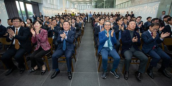 인사혁신처 출범 5주년 기념식에 참석한 황서종 인사혁신처장(앞줄 오른쪽 네번째), 전직 인사혁신처장과 직원들이 함께 축하 박수를 치고 있다. (사진=인사혁신처 제공)