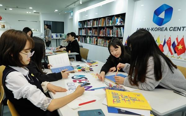'내친구 아세안'을 주제로 아세안 홍보 포스터 디자인 활동에 열중하고 있는 서울 신동중학교 학생들. <한-아세안 센터 제공>