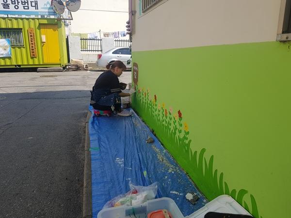 미술 전공자인 취업 준비생을 계약직 근로자로 고용하여 도로명 벽화 마을을 조성했다.