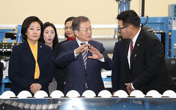 """문 대통령 """"반도체, 우리 제조업 버팀목…아무도 흔들 수 없어"""""""