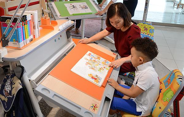 아이가 책상에 앉는 습관을 갖게되면 알아서 공부하는 습관으로 넘어갈 수 있다. (사진=저작권자(c) 연합뉴스, 무단 전재-재배포 금지)