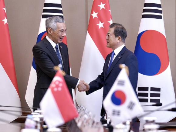 문재인 대통령이 23일 오전 서울 종로구 청와대에서 리센룽 싱가포르 총리와 정상회담에 앞서 악수하고 있다. (사진=청와대)