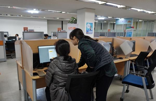 센터 내 컴퓨터에서 도움을 받을 수 있다.