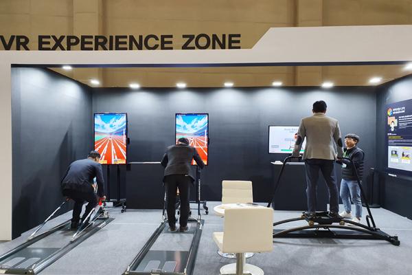 바이오헬스케어 분야 스타트업 VR체험존도 마련돼 있었다. 1분 동안 제자리에서 스키와 육상경기를 VR로 체험하며 제한된 공간에서 전신운동을 할 수 있는 플랫폼 '사운드바이'프로그램이다.