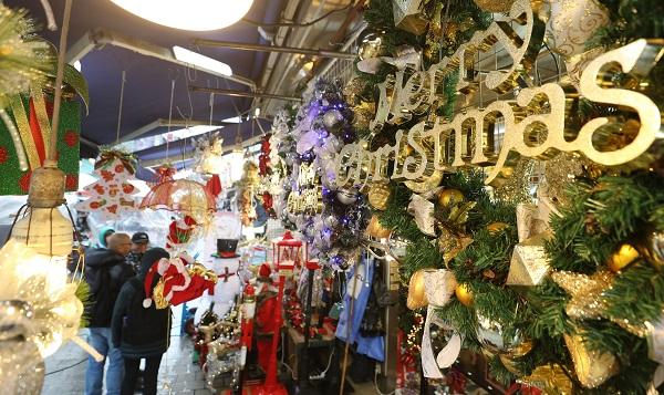 1일 서울 중구 남대문시장의 한 점포에 크리스마스 장식 용품들이 전시돼 연말 분위기가 물씬 느껴진다.(사진=저작권자(c) 연합뉴스, 무단 전재-재배포 금지)