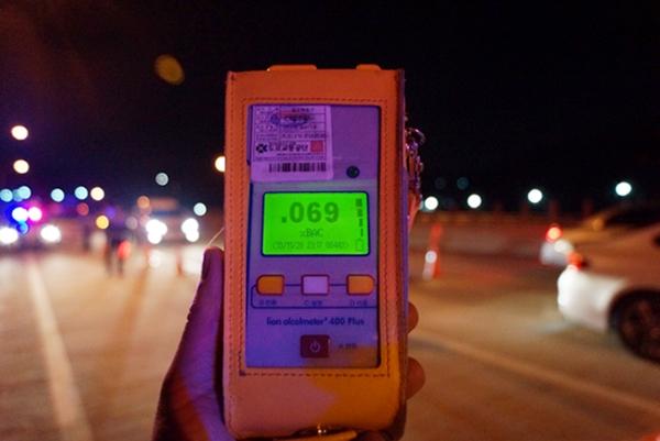 음주감지기로 적발된 음주운전자는 음주측정기로 다시 측정을 한다.