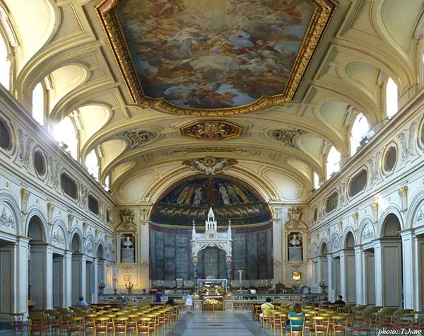 화려한 바로크 양식으로 증축된 산타 체칠리아 성당 내부.