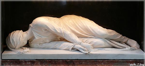 조각가 마데르노가 재현한 체칠리아가 순교한 모습. 목에 칼자국이 보인다.