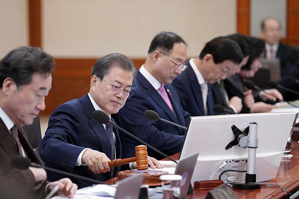 문재인 대통령이 3일 오전 청와대에서 열린 국무회의를 주재하고 있다. (사진=청와대)
