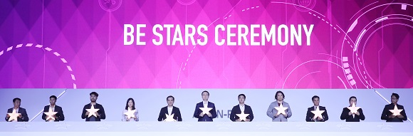 11월 26일 부산 벡스코 1전시관에서 열린 2019 한-아세안 특별 정상회의 '스타트업 서밋' 행사에서 각국 스타트업 대표들이 별 모양의 조각을 포디움에 끼워 넣는 단체 세리머니를 펼치기 앞서 조각을 들고 있다. 왼쪽부터 캄보디아, 라오스, 인도네시아, 브루나이, 베트남, 한국, 태국, 싱가포르, 필리핀, 미얀마, 말레이시아 스타트업 대표. (저작권자(c) 연합뉴스, 무단 전재-재배포 금지)