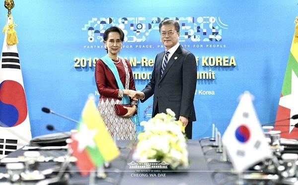 문재인 대통령과 아웅산 수찌 미얀마 국가고문이 26일 오후 부산 해운대 조선웨스틴호텔에서 양자회담을 하기 앞서 기념촬영을 하고 있다.
