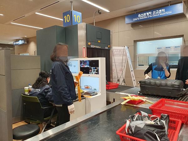 검역물품 검사대 모습. 검역관들이 위험 지역에서 온 승객들의 수화물을 검역 전용 엑스레이를 통해 검사하고 있다.