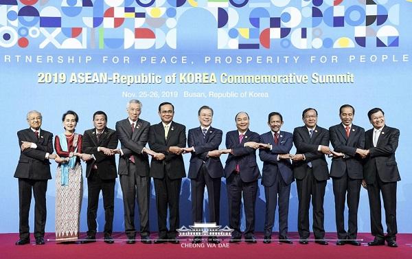 문재인 대통령이 26일 오전 부산 벡스코에서 열린 2019 한-아세안 특별 정상회의에서 참석자들과 기념촬영을 하고 있다.