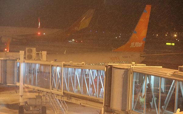 이용객들이 탑승교를 이용해 항공기에 탑승하고 있다.(저작권자(c) 연합뉴스, 무단 전재-재배포 금지)