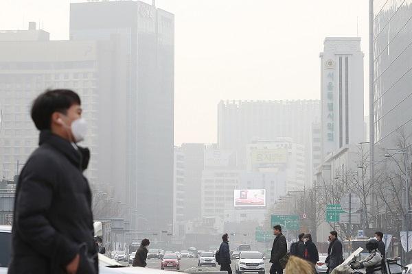 정부가 10일 오전 6시부터 오후 9시까지 서울, 인천, 경기, 충북 지역에 위기경보 '관심' 단계를 발령하고 '비상저감조치'를 시행한다고 밝혔다.(사진=저작권자(c) 연합뉴스, 무단 전재-재배포 금지)