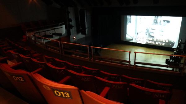 청춘극장 내부.