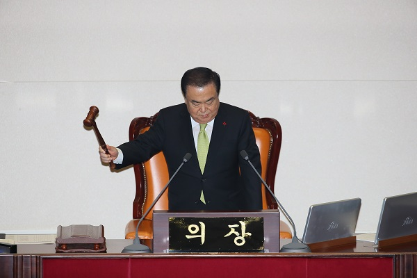 문희상 국회의장이 10일 국회에서 열린 본회의에서 2020 예산안을 가결하고 있다. (저작권자(c) 연합뉴스, 무단 전재-재배포 금지)