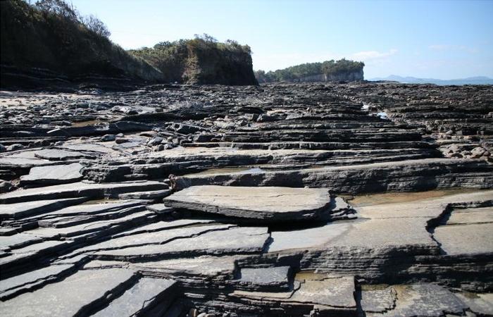 썰물 때의 적벽강 앞 해변