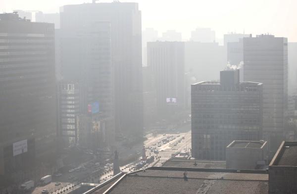 미세먼지 농도가 '나쁨'을 보인 24일 서울 종로구 광화문광장 도심 일대가 미세먼지로 희뿌연 모습을 보이고 있다.