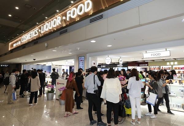 지난 5월 31일 오전 인천국제공항 1터미널에 문을 연 입국장 면세점에서 여행객들이 물건을 고르고 있다. (저작권자(c) 연합뉴스, 무단 전재-재배포 금지)